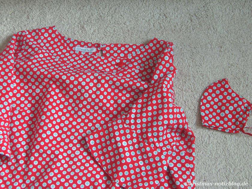 Rote Bluse mit Punkten und passender Maske