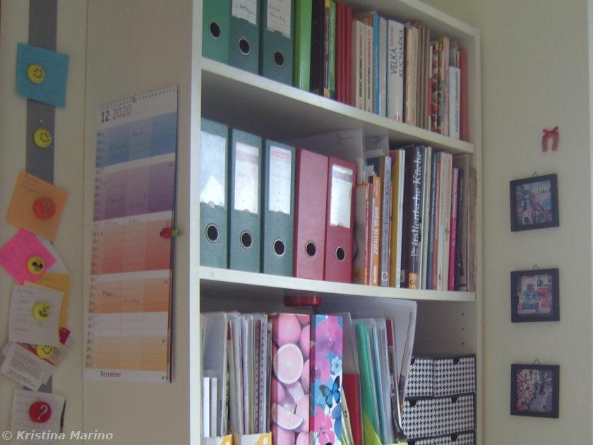 Regal mit Kochbüchern in der Küche